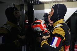 """罗曼·格罗斯让的赛服上包含""""三色旗(法国国旗)"""",以纪念周五巴黎恐怖袭击事件的遇难者"""
