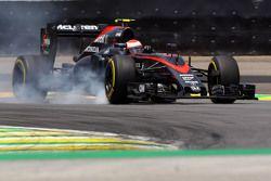 Дженсон Баттон, McLaren MP4-30 блокирует колеса на торможении