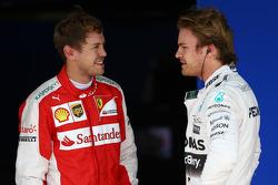 El tercer lugar Sebastian Vettel, Ferrari SF15-T y el ganador de la pole Nico Rosberg, Mercedes AMG