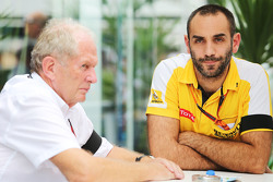El Dr. Helmut Marko, Red Bull Consultor Motorsport con Cyril Abiteboul, Managing Director de Renault