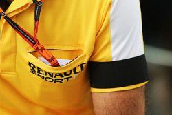 Cyril Abiteboul, Renault Sport F1 usa uma faixa preta no braço em sina de luto pelas vítimas dos atentados em Paris