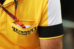 Cyril Abiteboul, Director Gerente de Renault Sport F1 lleva un brazalete negro como una señal de res