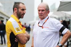 Cyril Abiteboul, Director de general de Renault Sport F1 con el Dr. Helmut Marko, asesor de Red Bull