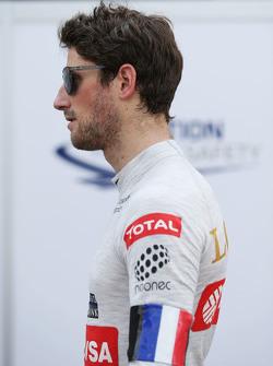 Romain Grosjean, Lotus F1 Team lleva un Tricolore como una señal de respeto para las víctimas de los