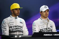 Lewis Hamilton, Mercedes AMG F1con su compañero de equipo Nico Rosberg, Mercedes AMG F1 en la confer