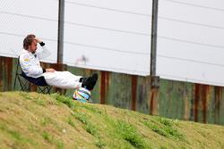 Fernando Alonso, McLaren observa la calificación sentado en una silla a un lado del circuito después