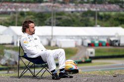 Фернандо Алонсо, McLaren смотрит за квалификацией с раскладного стула после остановки его машины на