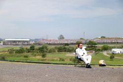 费尔南多•阿隆索(迈凯伦)在赛道边观看排位赛
