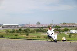 Fernando Alonso, McLaren observa la calificación sentado en una silla a un lado del circuito después de abandonar la calificación