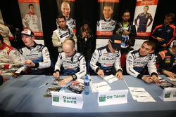 Ott Tanak y Molder Raigo con Elfyn Evans y Daniel Barrit, M-Sport firma autógrafos para los fans