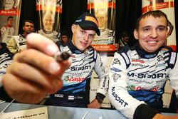 Ott Tanak und Molder Raigo, M-Sport, schreiben Autogramme für die Fans