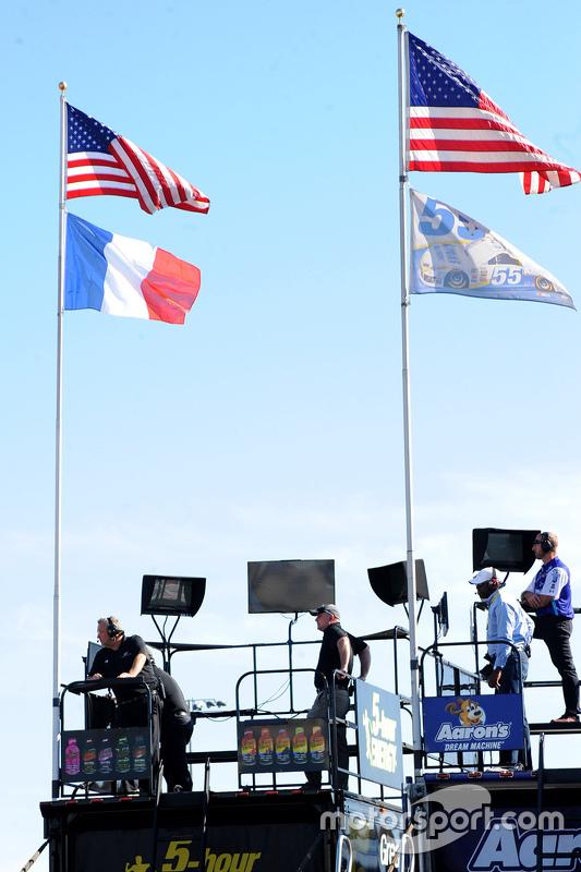 Michael Waltrip Racing a hissé le drapeau français en hommage aux victimes des attentats de Paris