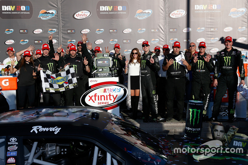Winner Kyle Busch, Joe Gibbs Racing Toyota