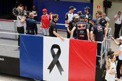 رومان جروجان، لوتس ، خلال جولة موكب سائقي الفورمولا واحد يقدم احترامه لضحايا الهجمات الإرهابية في با