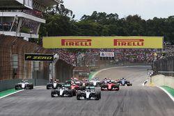 Старт: Нико Росберг, Mercedes AMG F1 и Льюис Хэмилтон, Mercedes AMG F1 во главе пелотона
