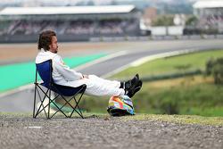 Fernando Alonso, McLaren MP4-30 detenido en lapista