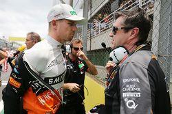 Нико Хюлькенберг, Sahara Force India F1 и Брэдли Джойс, гоночный инженер Sahara Force India F1 на ст