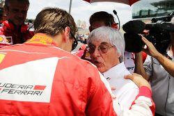 Sebastian Vettel, Ferrari con Bernie Ecclestone, sulla griglia