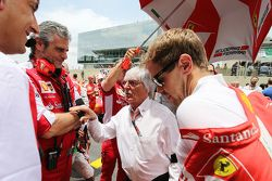Maurizio Arrivabene, Team Principal Ferrari avec Bernie Ecclestone, et Sebastian Vettel, Ferrari sur la grille