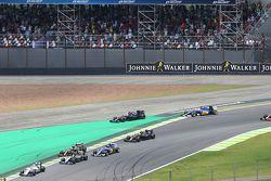 Fernando Alonso, McLaren MP4-30 arriva largo alla partenza