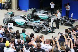 IL vincitore Nico Rosberg, Mercedes AMG F1 W06 e Lewis Hamilton, Mercedes AMG F1 W06 nel parco chius