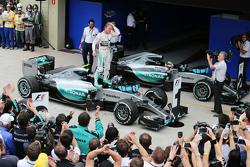 Il vincitore Nico Rosberg, Mercedes AMG F1 festeggia nel parco chiuso