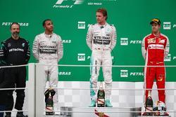 Podium: winnaar Nico Rosberg, Mercedes AMG F1 W06, met tweede plaats Lewis Hamilton, Mercedes AMG F1