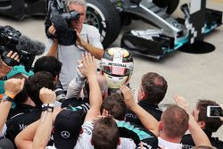 Lewis Hamilton, Mercedes AMG F1 fête sa deuxième place avec l'équipe dans le Parc Fermé