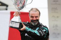 Jimmy Waddell, Inspecteur des Composites Mercedes AMG F1 fête la victoire sur le podium