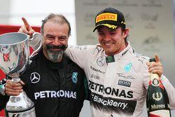 James Waddell avec le vainqueur Nico Rosberg, Mercedes AMG F1 W06