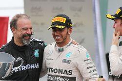 Podium : le deuxième, Lewis Hamilton, Mercedes AMG F1 avec James Waddell