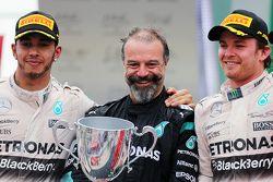 Podium : le deuxième, Lewis Hamilton, Mercedes AMG F1 avec James Waddell et le vainqueur Nico Rosberg, Mercedes AMG F1