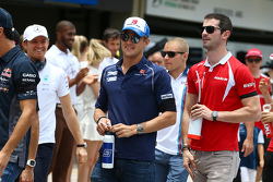 Маркус Эрикссон, Sauber F1 Team и Александр Росси, Manor Marussia F1 Team на параде пилотов