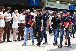 Romain Grosjean, Lotus F1 Team avec Carlos Sainz Jr., Scuderia Toro Rosso lors de la parade des pilotes