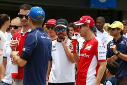 Fernando Alonso, McLaren avec Sebastian Vettel, Ferrari lors de la parade des pilotes