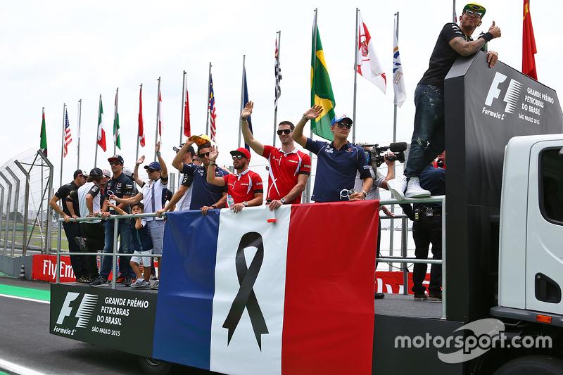 El desfile de pilotos hace un homenaje a las víctimas de los ataques terroristas en París