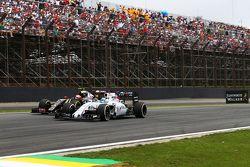 Felipe Massa, Williams FW37 e Romain Grosjean, Lotus F1 E23 in battaglia per la posizione