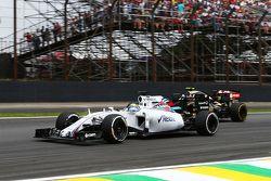 Felipe Massa, Williams FW37 e Romain Grosjean, Lotus F1 E23 in lotta per la posizione