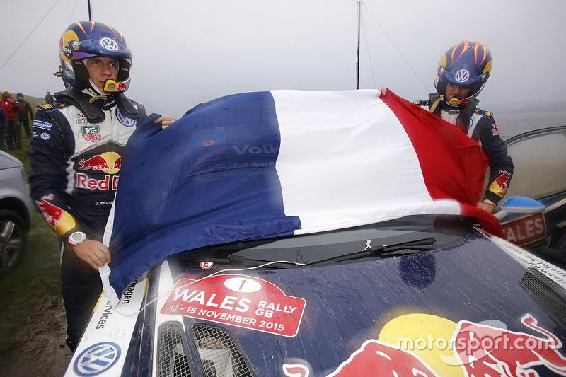 Sébastien Ogier y Julien Ingrassia, Volkswagen Polo WRC, Volkswagen Motorsport con la bandera de Francia en honor a las víctimas de los ataques terroristas en París