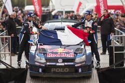 Sébastien Ogier et Julien Ingrassia, Volkswagen Polo WRC, Volkswagen Motorsport avec le drapeau français en hommage aux victimes des attentas de Paris