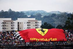 Les fans de Ferrari avec un grand drapeau
