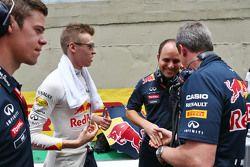 Daniil Kvyat, Red Bull Racing avec Gianpiero Lambiase, Ingénieur Red Bull Racing et Jonathan Wheatley, Team Manager Red Bull Racing sur la grille