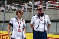 Claire Williams, Vice-Team Principal de Williams avec Mike O'Driscoll, PDG de Williams Group sur la grille