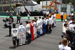 La grille observe une minute de silence en hommage aux victimes d'accidents de la route et aux victimes des attentats de Paris