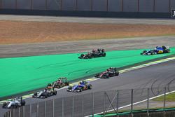 Фернандо Алонсо, McLaren MP4-30 и Маркус Эрикссон, Sauber C34 выезжают за пределы трассы на старте гонки