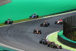 Фернандо Алонсо, McLaren MP4-30 и Маркус Эрикссон, Sauber C34 выезжают за пределы трассы на старте г