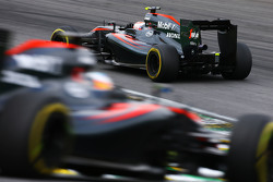 Jenson Button, McLaren MP4-30 lidera a Fernando Alonso, McLaren MP4-30