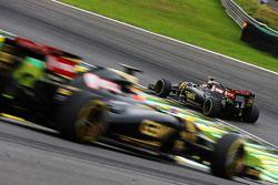 Pastor Maldonado, Lotus F1 E23 devant son équipier Romain Grosjean, Lotus F1 E23