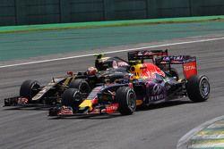 Daniil Kvyat, Red Bull Racing RB11 y Pastor Maldonado, Lotus F1 E23 pelean por la posición