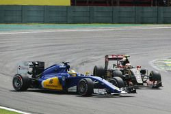 Kollision zwischen Pastor Maldonado, Lotus F1 E23, und Marcus Ericsson, Sauber C34